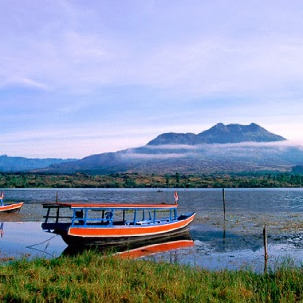 There are several Citizen Ships that can be rented for IDR 500,000 per 10 people to get around Lake Batur.