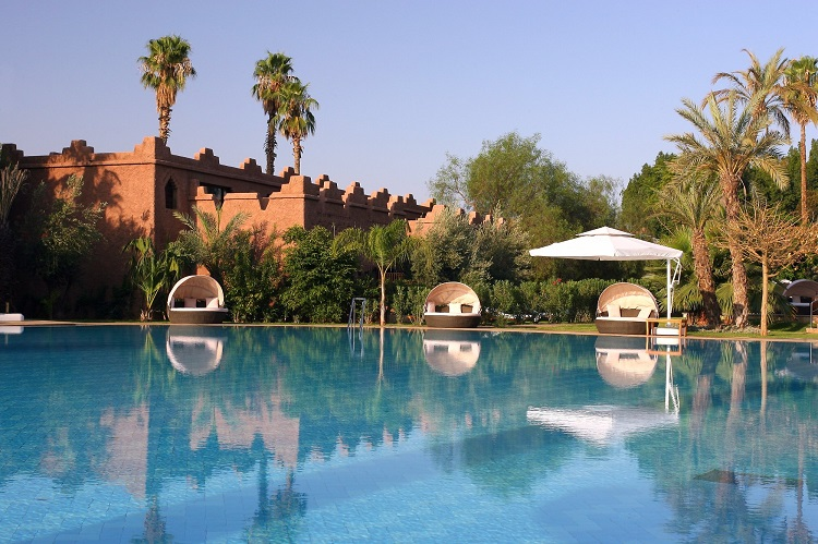 Outdoor pool yang luas di es saadi palace Marrakech Resort