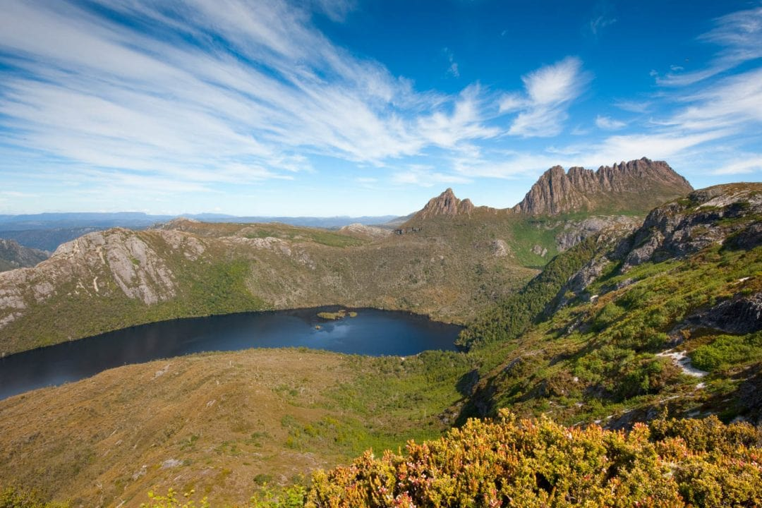 Taman Nasional Cradle Mountain-Lake St Clair yang mengelilingi Danau Dove.